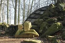U Čertova mostu už kolemjdoucí vítá socha pekelníka.