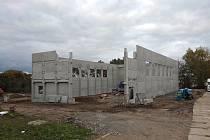 Nová sportovní hala v Jeníkově roste před očina.
