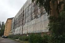 Oprava fasády probíhá na škole V Sadech.