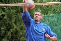 Bývalý reprezentační blokař Luboš Staněk (čelem) je každým rokem ozdobou bezděkovského míčového sedmiboje.