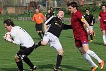 Fotbalisté Borové (v tmavém) po výhře nad Černovicemi mohli začít slavit postup do I. A třídy. Spolu s nimi si druhou nejvyšší krajskou soutěž zahrají také Habry.