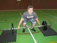 Prvky CrossFitu ladí v tělocvičně havlíčkobrodské zdravotnické školy trojice mladých lidí. Jedním z nich je i Jakub Vrbata.