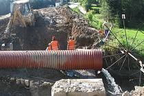 V současné době se dokončuje rozebírání staré konstrukce mostu a příprava pro základy nových pilotů. Voda z potoka musela být tedy na několik měsíců svedena do potrubí. Na staveništi je až do večera čilý ruch.