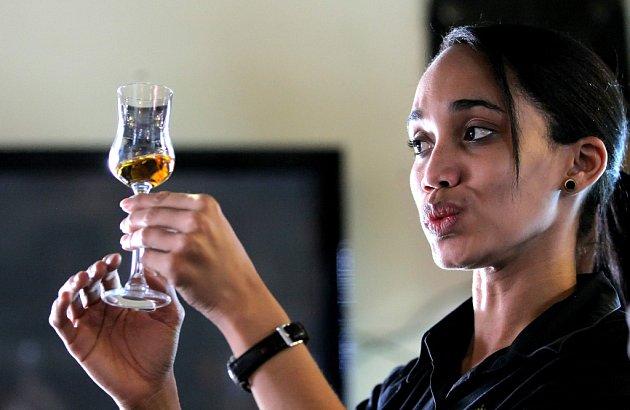 Podle Anabel Hernández je kubánský rum totéž co národní zlatý poklad.