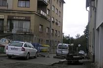 Drátěný plot a betonový zátaras oddělily obyvatele Plovárenské od zbytku města, aby vstupem na staveniště Žižkova neohrozili svou bezpečnost.