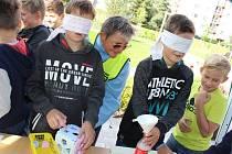 Žáci několika základních škol si mohli na akci Na vlastní kůži vyzkoušet, jak se cítí senioři nebo lidé se zdravotním či duševním onemocněním. A třeba naprosto běžné úkony nebyly se zavázanými očima vůbec jednoduché. FOTO: FOKUS Vysočina