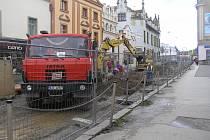 Opravy v Dolní ulici pokračují.