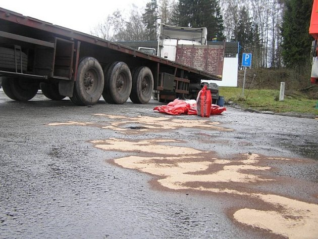 Ve čtvrtek v ranních hodinách převrátil maďarský řidič svůj kamion do příkopu na tahu Havlíčkův Brod - Pardubice. Z nádrže unikly stovky litrů nafty. Jen o pár hodin později došlo k dalšímu úniku ropné látky z tahače, který jel na Brod směrem od Habrů.