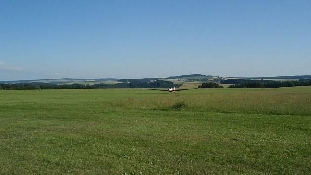 Malý kousek louky u letiště v Přibyslavi se stal předmětem sporu mezi zdejší římskokatolickou farností a Českým hydrometeorologickým ústavem. Ilustrační foto.