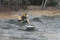 Specializovaná firma se pustila do odbahnění Rýdlovského rybníka v místní části Havlíčkova Brodu Herlify.