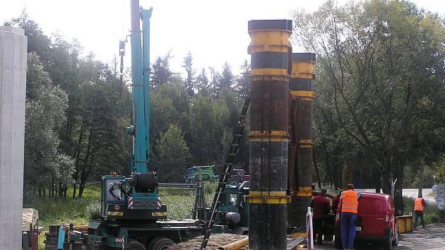 Dělníci ntenzivně pracují na stavbě silnice I/34 ve směru Rouštany Pohled.