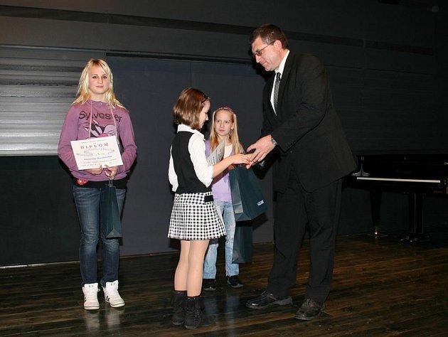 Ocenění pěveckým talentům předával starosta města Petr Vaněk.