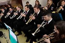 Velký orchestr. V Dechovém orchestru mladých při ZUŠ v Chotěboři do trumpet, pozounů, klarinetů, saxofonů, lesních rohů a dalších nástrojů pod taktovkama Aloise Štěrby a Milana Moce duje téměř šedesát mladých lidí.