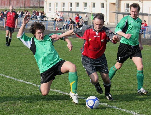 Čekání na gól prožívá na jaře Roman Zeman (v tmavém), který na podzim patřil k nejlepším střelcům soutěže.