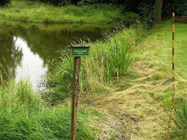 Tato tabulka ve Věžnici znamená, že každý zásah do  břehu kolem potoka musí úřad povolit.