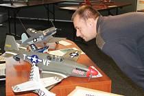 V sále světelské akademie a gymnázia je k vidění, a to ještě v pondělí a úterý, více než čtyřicet dokonalých maket a modelů letadel.