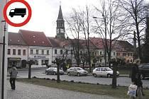 Malá značka velké problémy. Do centra Chotěboře a některých ulic se řidiči jen tak nedostanou. Foto:Malá značka velké problémy. Do centra Chotěboře a některých ulic se řidiči jen tak nedostanou.