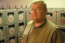 """Za zády Václava Kordy je vyskládáno v přepravkách přibližně 1200 lahví desetistupňového světlého piva, které se svým týmem uvařil. Říká, že pětadvacet procent úspěchu tvoří suroviny, technologie a """"kádr"""", zbytek je láska k řemeslu."""