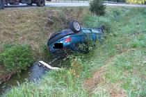 Řidič jedoucí pod vlivem alkoholu nezvládl ve vysoké rychlosti řízení, dostal smyk a převrátil auto na střechu do potoka.