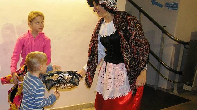 DEN PRO DĚTSKOU KNIHU. Na malé čtenáře a jejich rodiče čekal v sobotu v knihovně pestrý a zajímavý program.