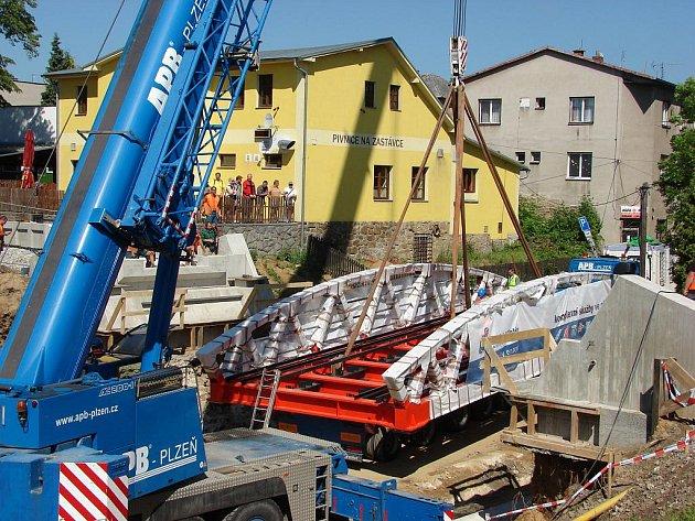 Těleso nového železničního mostu už je na svém místě