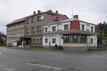 """Kino a knihovna - obě budovy hodlá město Ždírec obětovat pro větší bezpečnost na """"křižovatce smrti""""."""