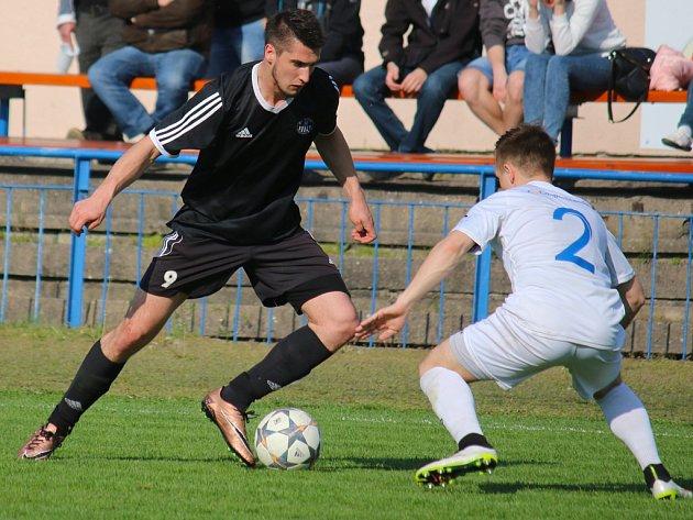 Existenční derby zvládli lépe fotbalisté Žďáru. Na snímku se snaží záložník Slovanu Tomáš Vařejka přejít přes obránce Jiřího Bureše.