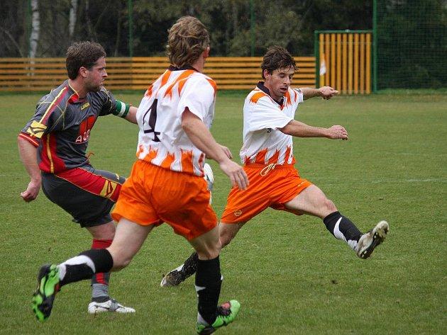 Kolaps zažili ve druhém poločase fotbalisté Borové (vpravo), když ještě v 58. minutě vedli 0:2 a nakonec prohráli 4:2.