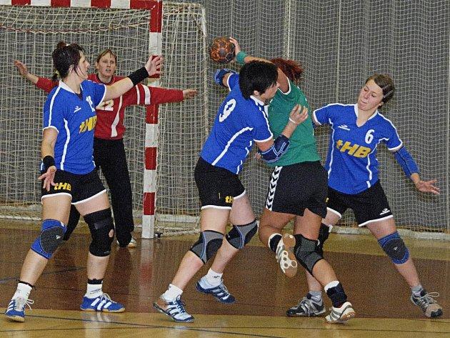 Brodské házenkářky (v modrém) se s podzimní částí první ligy rozloučily vítězstvím nad Kobylisy.