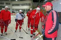 S bruslemi na nohou. V neděli 29. července večer odstartovali havlíčkobrodští Rebelové přípravu na ledě. Pokyny hlavního kouče Petra Nováka bedlivě poslouchalo na úvodním tréninku více než třicet hokejistů.