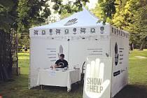 Stánek nadace Show Your Help skterým vlétě objíždí nejrůznější akce. Ilustrační foto.