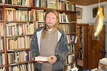 Království knih v oáze klidu. Tak by se dal asi nejlépe popsat antikvariát Igora Domkáře ve Štáflově chalupě.  Knihy si zde zvykli nakupovat maminky, studenti, ale i sběratelé.
