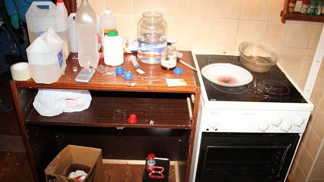 Při šetření případu byla policií zajištěna kompletní varna včetně chemikálií a laboratorního skla. Muž byl již za drogovou trestnou činnost trestán třikrát. Ilustrační foto.