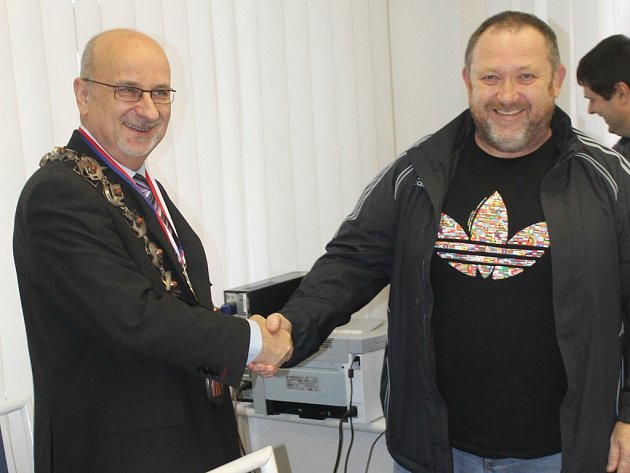 Trenér Zdeněk Švec (vpravo) předává mistrovskou medaili starostovi Janu Teclovi.