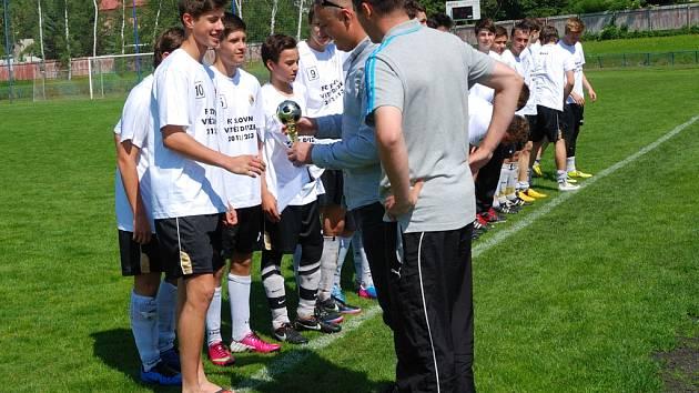 Úspěch. Brodský mladší dorostenci přebírají od šéftrenéra mládeže pro kraj Vysočina Romana Kučery pohár pro vítěze divize.