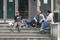 Počet lidí, popíjejících na veřejnosti alkohol, se v posledních dnech hlavně kolem brodského nádraží podle vedení města snížil. Zásluhu na tom mají častější hlídky městských i republikových policistů.