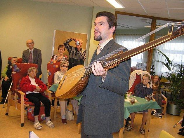 Je hotovo. Zhruba rok se stavělo v Havlíčkově Brodě centrum pro seniory Domovinka. Slavnostní otevření provázela hudba loutnisty Jindřicha Macka.
