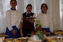 Stoly se prohýbaly pod nákladem výrobků studené kuchyně, v přímém přenosu se tu před diváky flambovalo ovoce a zelenina nebo míchaly koktejly.