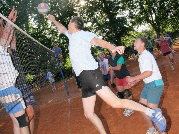 Dobojováno! Jedenáct dní volejbalových bojů přineslo na Prázdninovém turnaji v Okrouhlici vítězství Sázavanu.