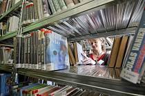 Knihy, knihy... Po pátém srpnu bude v krajské knihovně otevřeno oddělení pro dospělé a M-centrum v pondělí od devíti do devatenácti hodin, v dalších pracovních dnech pak do sedmnácti hodin.