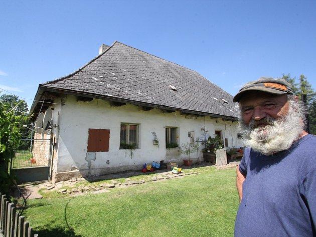Ve sklárně v Rouštanech v roce 1827 začala slavná historie sklářského rodu Kavalírů. V domě nyní žije Josef Čejka (na snímku).