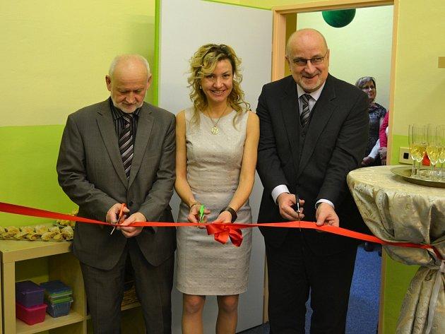 Střih. Ve středu studio přestřihnutím pásky otevřeli (zleva) Ivan Kuželka, Irena Švecová a Jan Tecl.