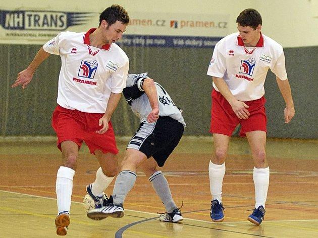 Brodští futsalisté (ve bílém zleva Jan Kaplan a Roman Provazník) splnili úkol, když v sezoně získali 30 bodů.