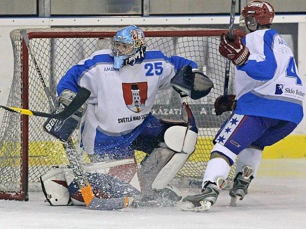 Postup do druhé hokejové ligy se světelským hokejistům (v bílém brankář Lukáš Studený) pomalu, ale jistě vzdaluje. Na domácím ledě totiž prohráli s Kutnou Horou 1:5. Pokud budou mít oba soupeři stejně bodů, rozhodnou vzájemné zápasy.