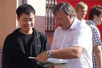 Antonín Panenka podepisuje almanach jednomu z fanoušků