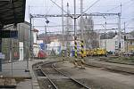 K vlakům cestující v Brodě nyní procházejí služebním koridorem.