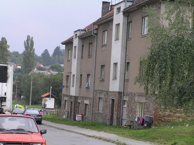 Chceme byty. Město nemá volné byty pro sociálně slabé obyvatele. Především Romové v Dlouhé ulici si stěžují, že v malých bytech musí žít pohromadě hned několik generací.