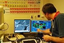 Součástí setkání na Vysokém učení technickém v Brně byla i prohlídka laboratoří Centra materiálového výzkumu Fakulty chemické VUT, které disponuje špičkovým technickým vybavením.