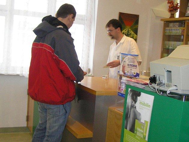 Platbu nebo dar. Tuto možnost stále mají pacienti v havlíčkobrodské nemocnici. Podle lékárníka Víta Vodrážky  se počet  zájemců o podpis darovací smlouvy kraje Vysočina v nemocniční lékárně zvýšil ve srovnání s minulým týdnem asi o 30 procent.