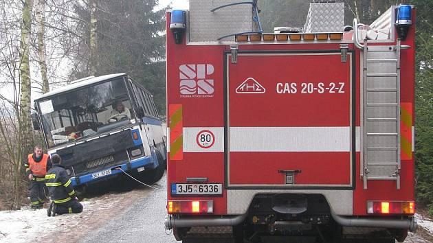 Na zledovatělé silnici u Knyku havaroval autobus